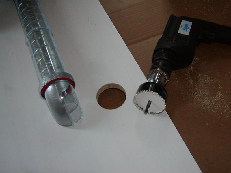 Et 56mm nyindkøbt cup-bor kan gøre underværker, hvis man skal bruge et rundt hul! Rørene var ca. 55mm - og det borede hul ca 56,5mm. Det var jo også lidt af et problem - men intet så stort, at det ikke kan løses...