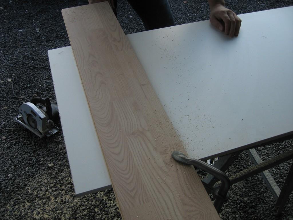 Holdt og stop omgående! Saven glider, på den glatte overflade, derfor monterede vi lige et gulvbrædt som styrepind.