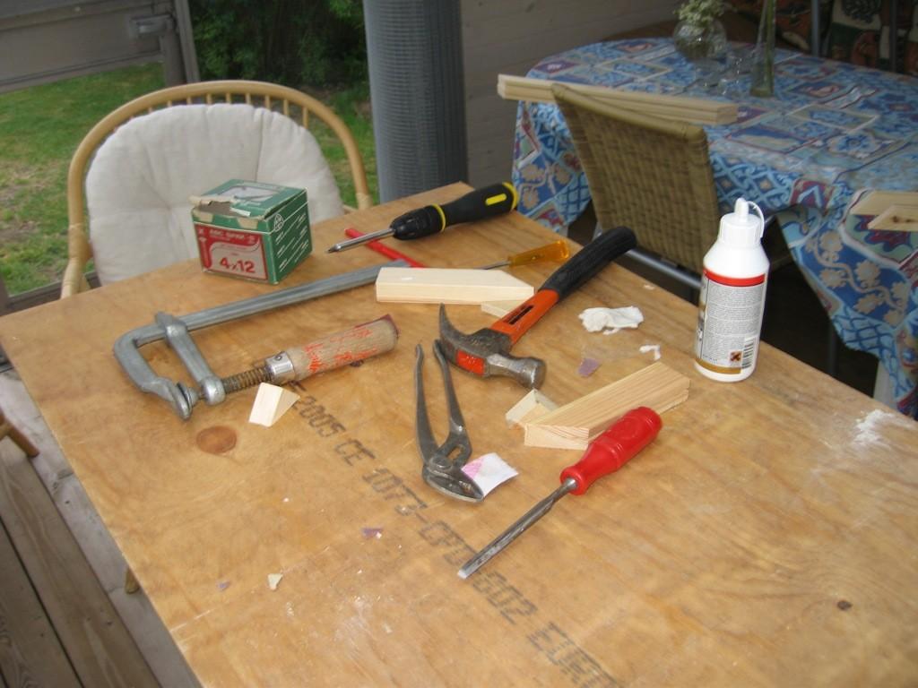 Lige et billede af værktøjet. Skruetrækker til at skrue nogle beslag bag på lågerne, hertil kommer selvfølgelig også skruerne. Syl (Dem gule man lige kan se håndtaget af) til at lave et lille hul til skruerne først. Papegøjetangen til at bøje nettet, dad et var lidt for bredt. Hammer til at slå nettet helt fladt. Stemmejern til at fjerne overskydende lim efter limningen. Samt en mini-rystepudser til det sidste tynde lag lim.